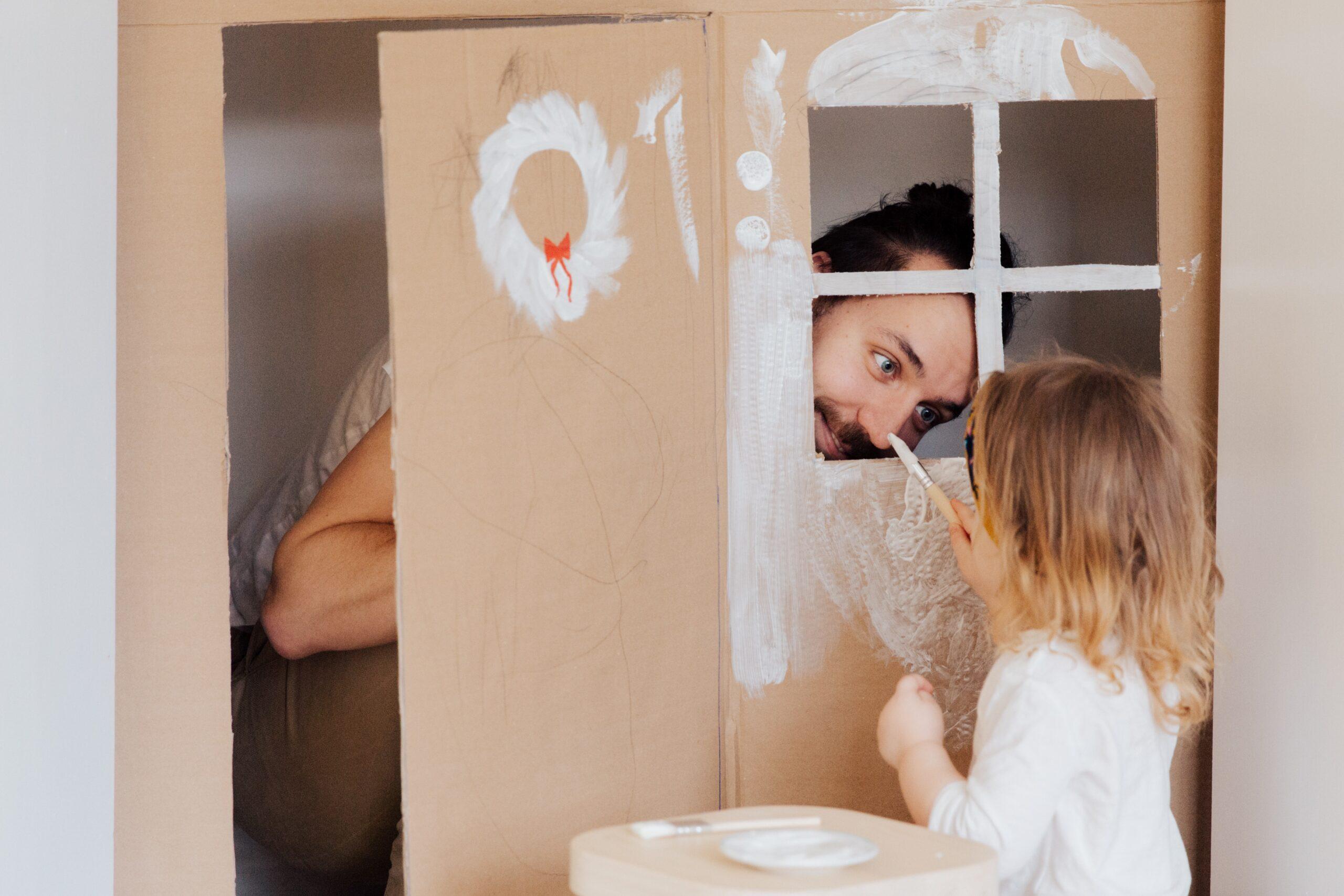 Brincar fortalece a relação entre pais e filhos | #FiqueEmCasa